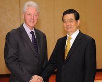 Hu meets with U.S. ex-president Bill Clinton