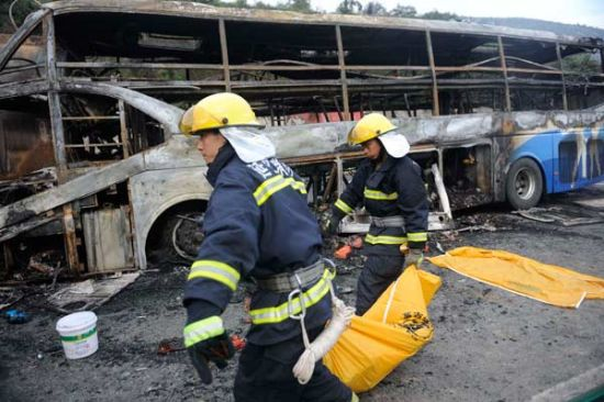 Bodies are removed from a bus on Sunday after it hit the rear of a tanker in Yan'an, Shaanxi province. [Mu Shan / China Daily]