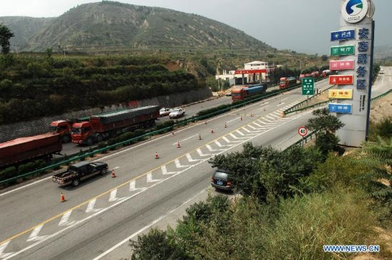 Two-way traffic has been resumed on Ansai section of the Baotou-Maoming expressway after an expressway collision in Yan'an City, northwest China's Shaanxi Province, Aug. 27, 2012. A fully-loaded double-decker sleeper rammed into a methanol-loaded tanker on the expressway on Sunday, triggering a fire that instantly engulfed both vehicles and leaving 36 people aboard the bus dead, three others injured. (Xinhua/Li Yibo)