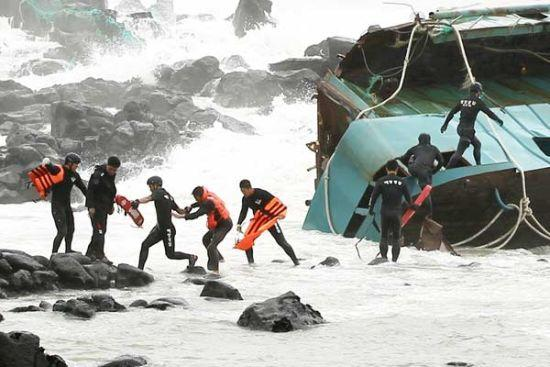 Maritime Police of the Republic of Korea rescue a Chinese fisherman (fourth from left) from a stranded Chinese fishing boat in Seogwipo on Jeju Island on Tuesday.[Reuters]