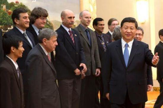 Jinping, general secretary of the Communist Party of China (CPC) Central Committee, discussed with foreign experts on an extensive range of issues Wednesday in Beijing. (Photo/Chinanews)