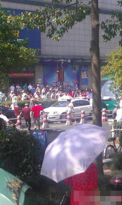 A MAN wielding two knives injured eight people yesterday morning in Hangzhou, capital of eastern Zhejiang Province.