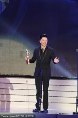 Chinese actor Duqn Yihong receives Outstanding Actor Award at the 13th Chinese Filmi Media Awards in Quanzhou, Fujian province on August 18, 2013.