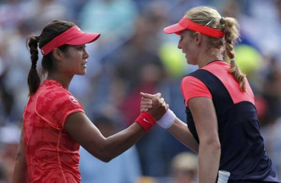 Li Na of China is congratulared by Ekaterina Makarova of Russia (R) after their match at the US Open tennis championships in New York, Sept 3, 2013. [Photo/Agencies]
