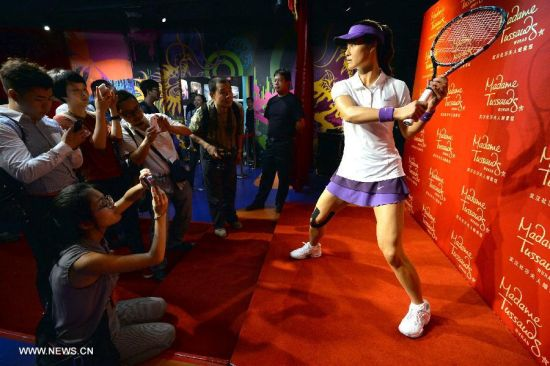 Visitors take photo of the was figure of China's top women tennis player Li Na at the Madame Tussauds in Wuhan, capital of central China's Hubei Province, Sept. 12, 2103. Li on Thursday became the first Asian sport star to have a wax figure in the Wuhan Madame Tussauds. (Xinhua)
