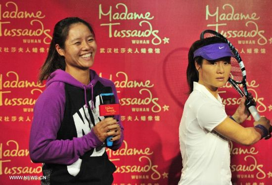 China's top women tennis player Li Na (L) poses for photo with her wax figure at the Madame Tussauds in Wuhan, capital of central China's Hubei Province, Sept. 12, 2103. Li on Thursday became the first Asian sport star to have a wax figure in the Wuhan Madame Tussauds. (Xinhua)
