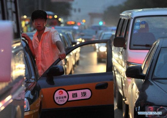 Cars are stranded near the Shuangjing area during the evening rush hour in Beijing, capital of China, Sept. 22, 2013. More than 150 Chinese cities including Beijing observed World Car Free Day on Sunday to fight air pollution, but the capital remained clogged with traffic jams. (Xinhua/Li Wen)