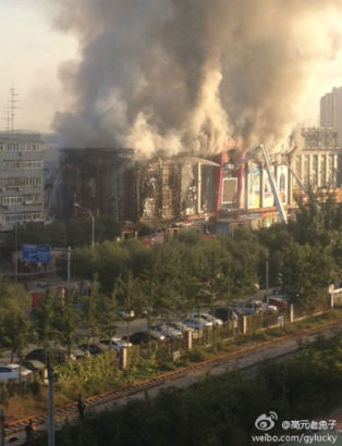 A shopping mall in west Beijing's Shijingshan District was on fire early this morning, and no casualties were reported.