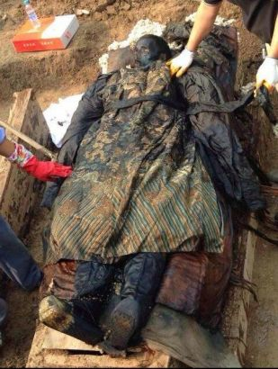 Citizens in Xiangcheng city, central Henan province, claimed to have unearthed an ancient tomb with a mummy in it