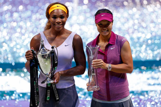 Winner Serena Williams of the US (L) and the second placed Li Na of China pose after their WTA tennis championships final match in Istanbul, October 27, 2013. [Photo/Agencies]