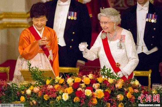 Park Geun-hye (left) and Queen Elizabeth II (right