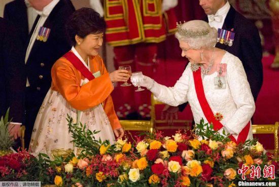 Park Geun-hye (left) and Queen Elizabeth II
