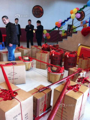 Wealthy bridegroom sent abundant betrothal gifts to the bride's family, including 8888,888 in cash, weighing 102 kilos on November 12 in east China's Zhejiang province.