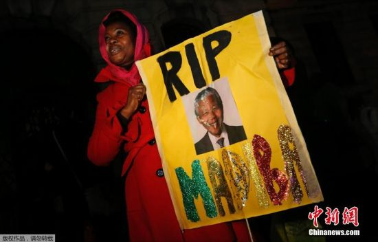 S.African people mourn Mandela's passing away
