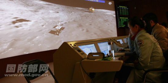 Jade Rabbit used its mechanical arm to survey the lunar soil at 21:45 Beijing Time