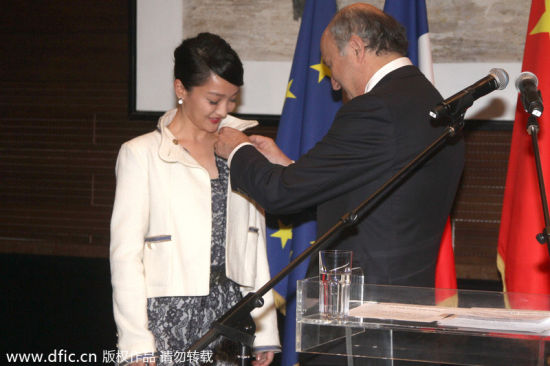 Chinese actress Zhou Xun was awarded the Chevalier medal in the Order of Arts and Letters by French Foreign Minister Laurent Fabius for her contribution in film, public welfare and Sino-French communications in Beijing, China, 21 February 2014. [Photo/Icpress]