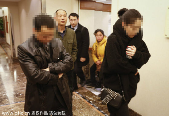 Tired of waiting at Lido Hotel in Beijing, the friends and relatives issued a joint statement on Sunday afternoon calling for Malaysian Airlines to make public all the facts about the case before 17:00, March 9, 2014.[Photo/icpress.cn]