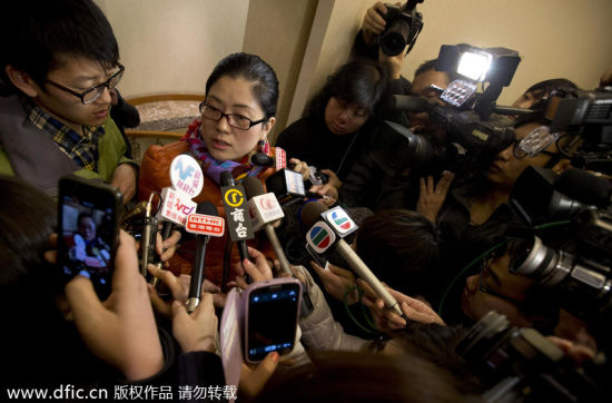 A relative of two passengers speaks to the media outside a hotel room in Beijing,whose husband and brother onboard Malaysia Airlines flight MH370 on March 9, 2014.[Photo/icpress.cn]