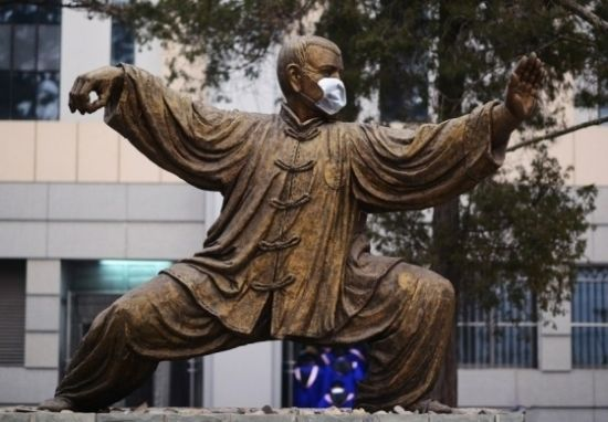 Photo taken on Feb. 22, 2014 shows a statue wearing a mask at Peking University in Beijing. Statues of sages such as Cai Yuanpei, Li Dazhao and Cervantes have had masks placed on them. The capital city during that time maintained its orange pollution alert, the second-highest alert level, as severe smog was forecast to linger in the Chinese capital for another three days.[Photo/China.com]