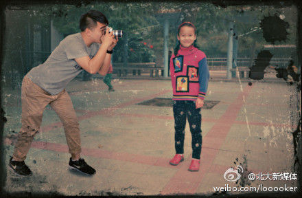 A man surnamed Wan in Henan province has photoshopped himself into the childhood pictures of his girlfriend to express his love.In the picture, Wan is taking photos for his child girlfriend. (Photo source: Sina Weibo)