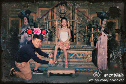 It is a group photo of Wan who dresses up as a palace maid and his child girlfriend who is sitting on a throne at a scenic spot like a princess.