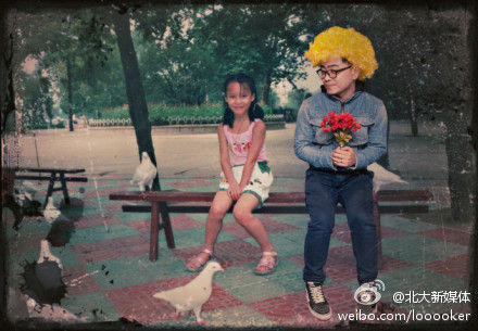 With a bunch of flowers in his hand, Wan is sitting together with the child girlfriend as if they are dating.