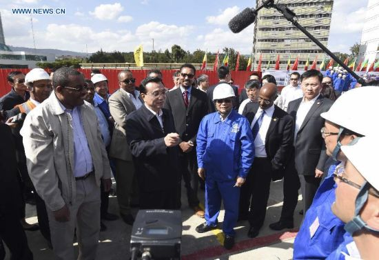Chinese Premier Li Keqiang (2nd L Front), accompanied by Ethiopian Prime Minister Hailemariam Desalegn (1st L Front), speaks to workers and technicians during a visit to a light railway project in Addis Ababa, capital of Ethiopia, May 5, 2014. (Xinhua/Li Xueren)