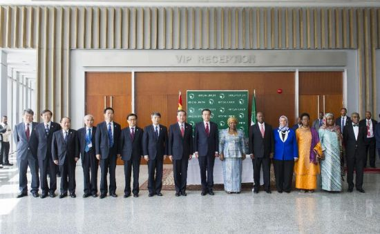 Chinese Premier Li Keqiang (7th R, front) and African Union Commission Chairperson Nkosazana Clarice Dlamini Zuma (6th R, front) pose for a group photo after their meeting at the headquarters of the African Union (AU) in Addis Ababa, Ethiopia, May 5, 2014. (Xinhua/Wang Ye)