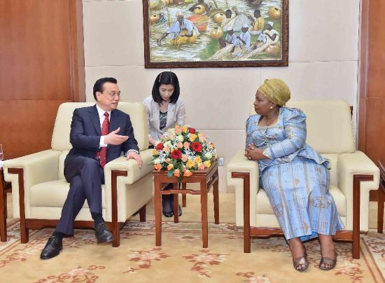 Chinese Premier Li Keqiang (L) meets with Chairperson of African Union Commission Nkosazana Clarice Dlamini Zuma at the headquarters of the African Union (AU) in Addis Ababa, Ethiopia, May 5, 2014. (Xinhua/Li Tao)
