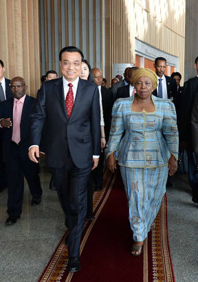Chinese Premier Li Keqiang (L) meets with African Union Commission chairperson Nkosazana Clarice Dlamini Zuma at the headquarters of the African Union (AU) in Addis Ababa, Ethiopia, May 5, 2014. (Xinhua/Li Tao)