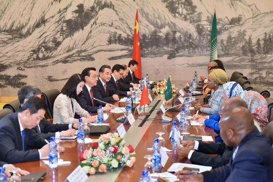 Chinese Premier Li Keqiang (4th L) meets with African Union Commission chairperson Nkosazana Clarice Dlamini Zuma at the headquarters of the African Union (AU) in Addis Ababa, Ethiopia, May 5, 2014. (Xinhua/Li Tao)