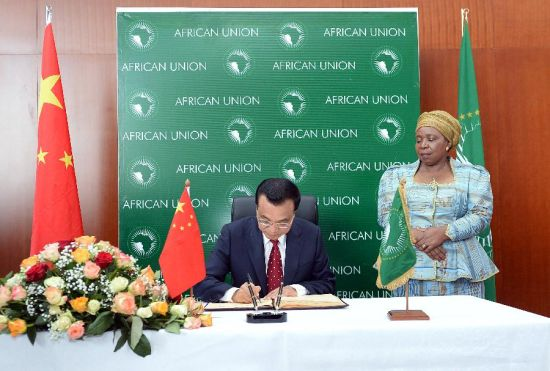 Chinese Premier Li Keqiang (L) signs a guestbook before a meeting with African Union Commission chairperson Nkosazana Clarice Dlamini Zuma (R) at the headquarters of the African Union (AU) in Addis Ababa, Ethiopia, May 5, 2014. (Xinhua/Li Tao)