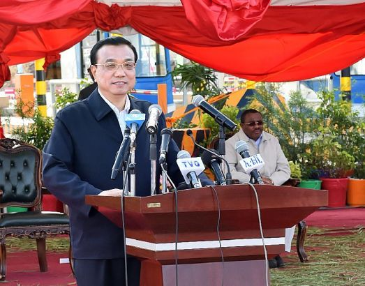 Chinese Premier Li Keqiang speaks at the inaugural ceremony of the first phase project of the Addis Ababa-Adama Toll Motorway in Addis Ababa, Ethiopia, May 5, 2014. (Xinhua/Li Tao)