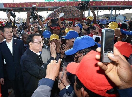 Chinese Premier Li Keqiang (2nd L) talks with workers after the inaugural ceremony of the first phase project of the Addis Ababa-Adama Toll Motorway in Addis Ababa, Ethiopia, May 5, 2014. (Xinhua/Li Tao)