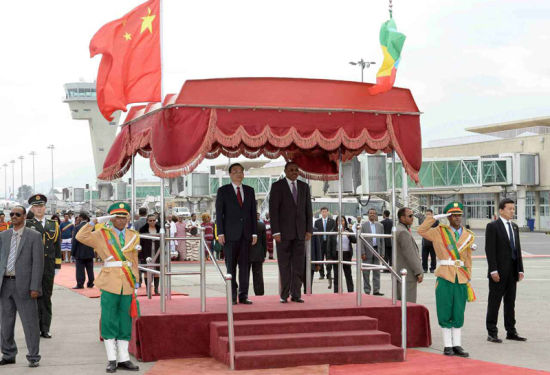 Chinese Premier Li Keqiang attends a farewell ceremony held by his Ethiopian counterpart Hailemariam Desalegn in Addis Ababa, Ethiopia, May 6, 2014. Premier Li Keqiang concluded his visit to Ethiopia and the headquarters of the African Union on Tuesday. (Photo: www.gov.cn