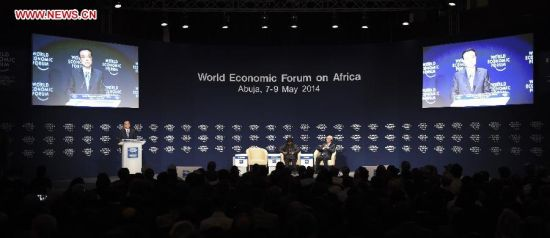 Chinese Premier Li Keqiang (L) delivers a speech at the World Economic Forum on Africa in Abuja, Nigeria, May 8, 2014. (Xinhua/Li Xueren)