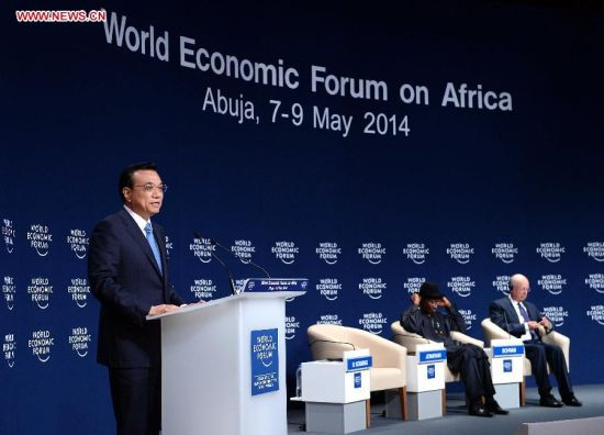 Chinese Premier Li Keqiang (L) delivers a speech at the World Economic Forum on Africa in Abuja, Nigeria, May 8, 2014. (Xinhua/Li Tao)