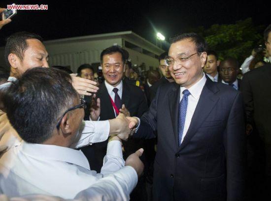 Chinese Premier Li Keqiang (R) shakes hands with representatives of Chinese companies in Angola, after holding a seminar with them, in Luanda, Angola, May 8, 2014. (Xinhua/Wang Ye)