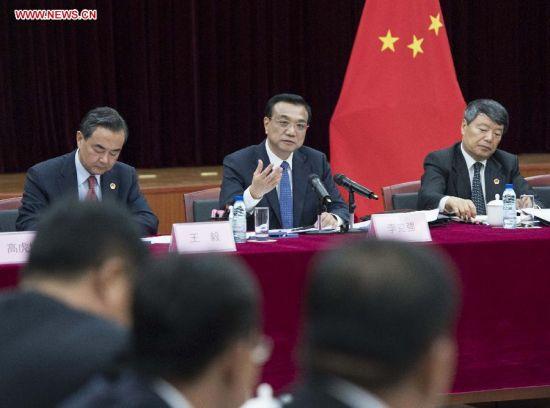 Chinese Premier Li Keqiang (C) speaks during a seminar with representatives of Chinese companies in Angola, in Luanda, Angola, May 8, 2014. (Xinhua/Wang Ye)