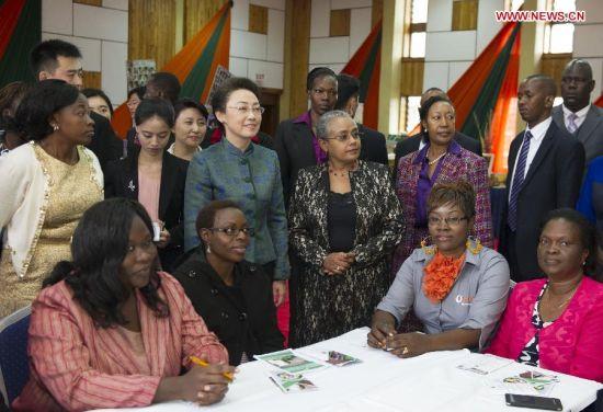 Cheng Hong (3rd L, front), wife of Chinese Premier Li Keqiang, visits a local women's organization in Nairobi, Kenya, May 10, 2014. (Xinhua/Xie Huanchi)