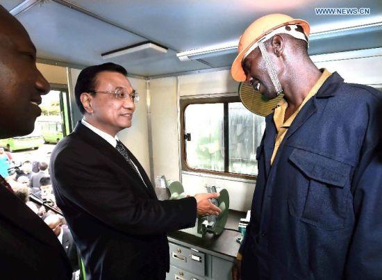 KENYA-CHINA-LI KEQIANG-NYS-VISIT Chinese Premier Li Keqiang (C) talks with a member of Kenya's National Youth Service (NYS) during his visit to the NYS in Nairobi, Kenya, May 11, 2014. (Xinhua/Li Tao)