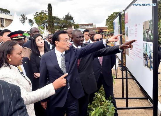 Chinese Premier Li Keqiang learns about Kenya's National Youth Service (NYS) and project cooperation between China and Kenya during his visit to the NYS in Nairobi, Kenya, May 11, 2014. (Xinhua/Li Tao)