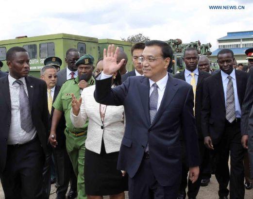 KENYA-CHINA-LI KEQIANG-NYS-VISIT Chinese Premier Li Keqiang (front) visits Kenya's National Youth Service (NYS) in Nairobi, Kenya, May 11, 2014. (Xinhua/Ding Lin)