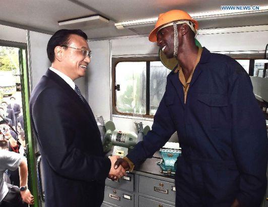 Chinese Premier Li Keqiang (C) talks with a member of Kenya's National Youth Service (NYS) during his visit to the NYS in Nairobi, Kenya, May 11, 2014. (Xinhua/Li Tao)
