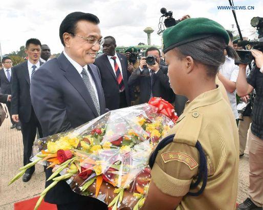 Chinese Premier Li Keqiang (front L) receives flowers from a member of Kenya's National Youth Service (NYS) during his visit to the NYS in Nairobi, Kenya, May 11, 2014. (Xinhua/Li Tao)