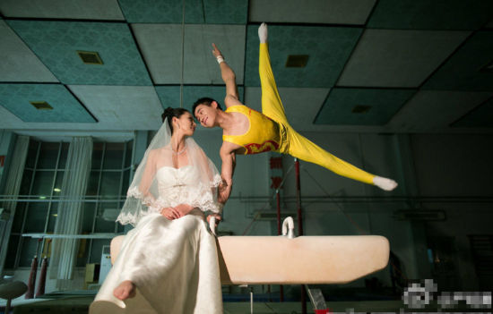 Yan Mingyong, a Chinese gymnast has posted a series of pre-wedding photos on Weibo, showing him and his wife Ma Qiujing with gymnastic postures.
