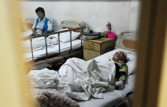 A student receives treatment in a local hospital in Macheng city of central China's Hubei province. A man stabbed eight students on Tuesday in an elementary school in Macheng city. One student suffered serious injuries, while the other seven had minor injuries.[Photo/icpress.cn]