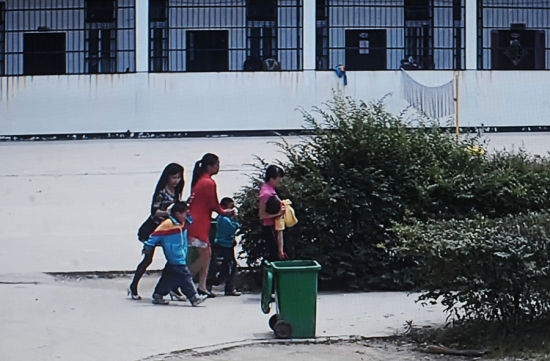Three injured students are being taken to the hospital in Macheng city of central China's Hubei province. A man stabbed eight students on Tuesday in the school. One student suffered serious injuries, while the other seven had minor injuries.[Photo/icpress.cn]
