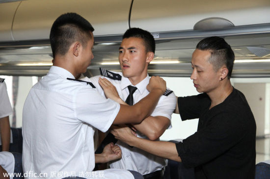 Tu teaches students how to deal with close combat in the flight simulator. [Photo/IC]