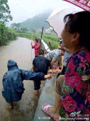 Three primary schoolchildren had fallen into a river in the central province of Jiangxi